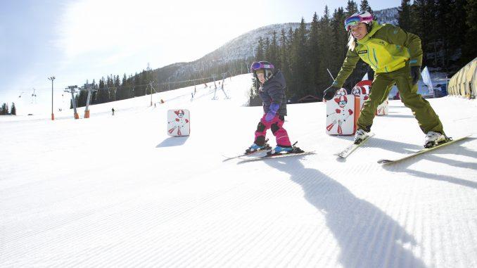 Barn lærer at stå på ski